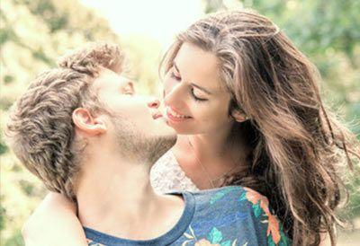 mennesker der kysser